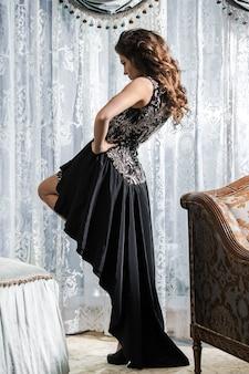Femme en belle robe noire