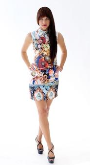 Femme en belle robe posant