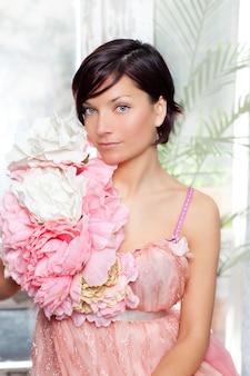 Femme de belles fleurs avec une robe printemps rose