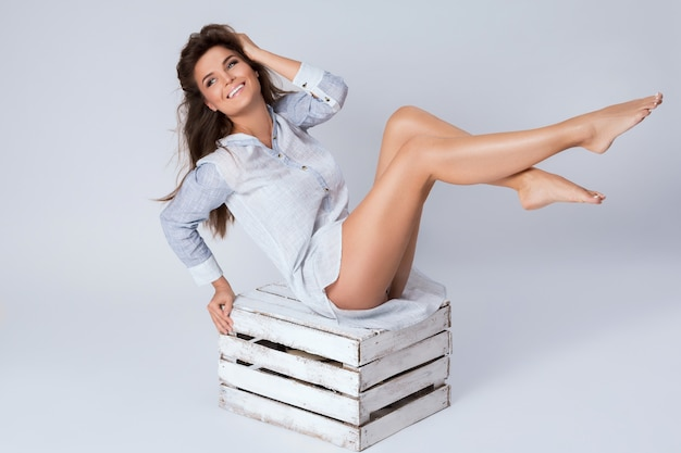 Femme, à, a, belles jambes, séance, sur, les, boîte bois