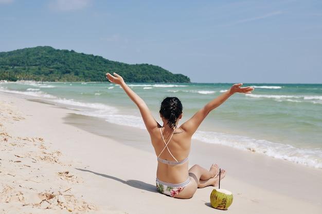 Femme bénéficiant de bonnes vacances