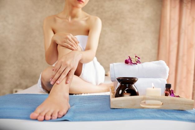 Femme bénéficiant d'une journée au spa