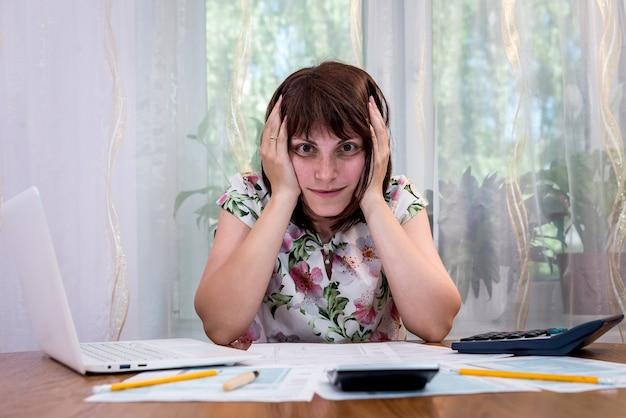 Une femme a besoin d'aide pour remplir le formulaire 1040
