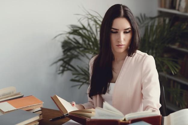 Femme à la bibliothèque