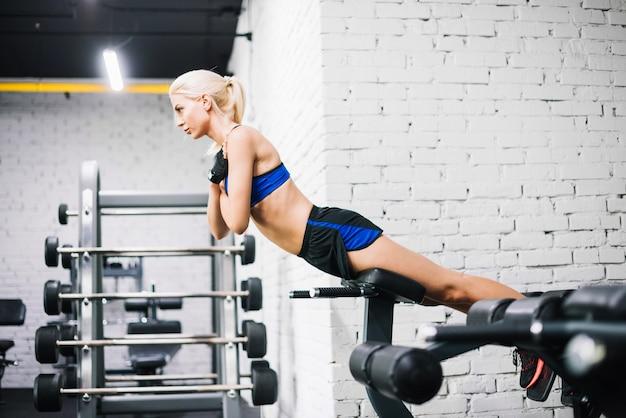 Femme bien construite faisant des extensions de dos