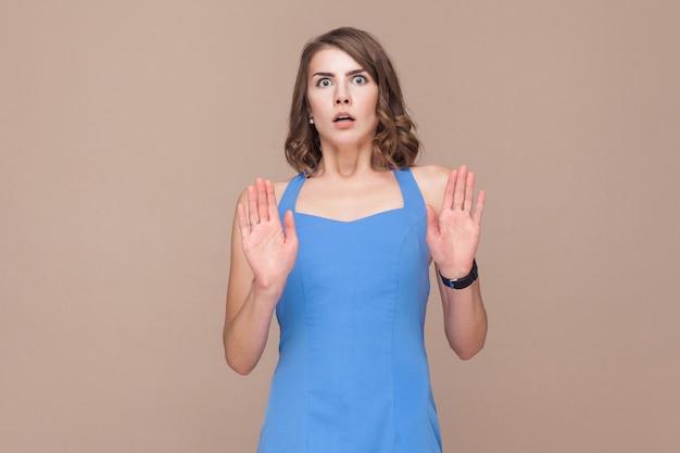 Une femme bien habillée regarde la caméra avec horreur dans les yeux. prise de vue en studio