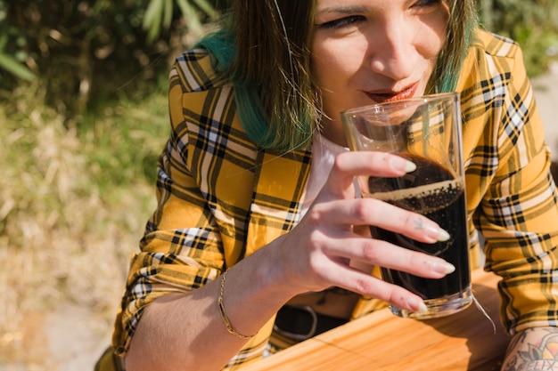 Femme, bière artisanale, dehors