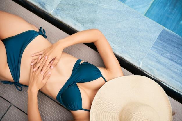 Femme, bikini, bains de soleil