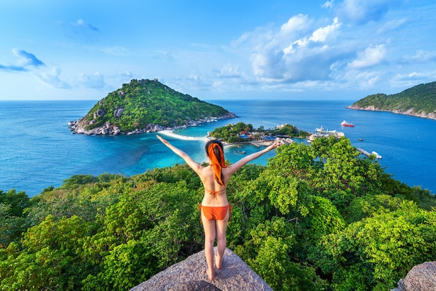 Femme en bikini debout au point de vue de l'île de nang yuan, thaïlande