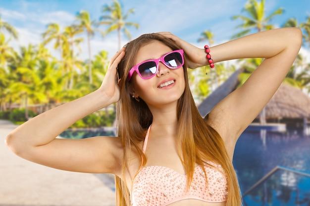 Femme, bikini, lunettes soleil, isolé