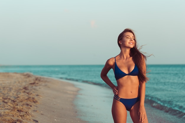 Femme, bikini, plage