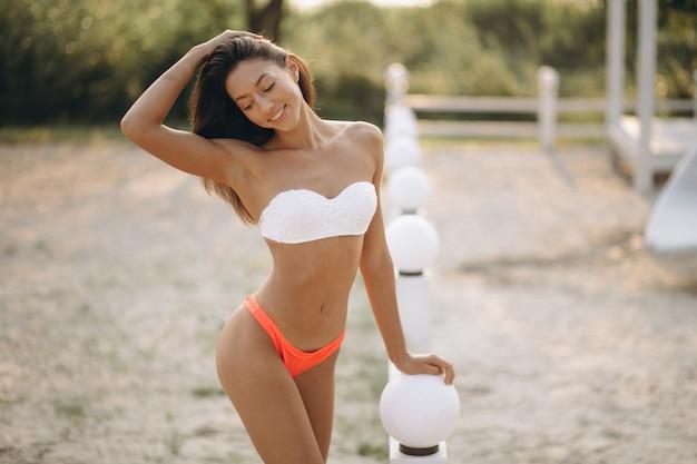 Femme en bikini en vacances