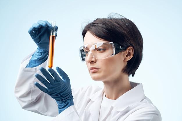 Femme biologiste scientifique recherche diagnostic biologie science