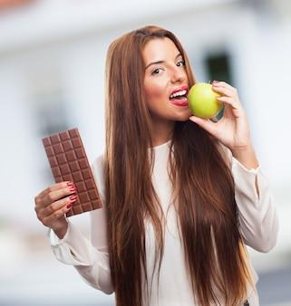 Femme blanche heureuse nutrition verte