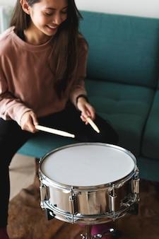 Femme blanche jouant du tambour