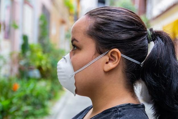Femme blanche avec un masque sur son visage pour se protéger du coronavirus.