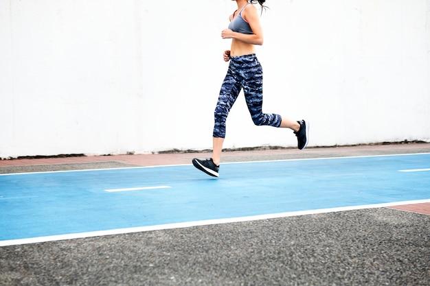 Femme blanche qui court sur piste