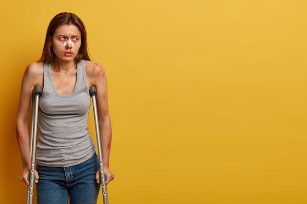 Une femme blessée récupère après un accident avec des béquilles isolées
