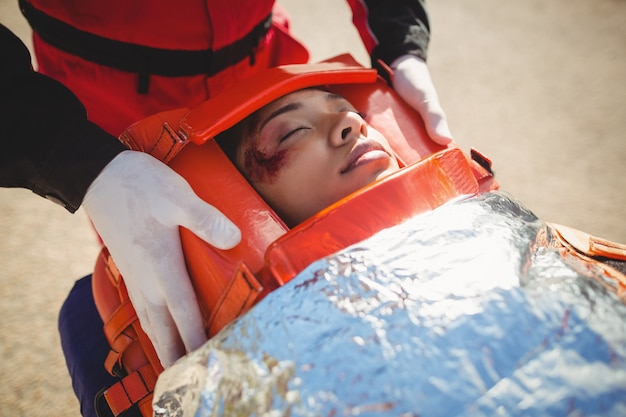 Femme blessée traitée par un ambulancier