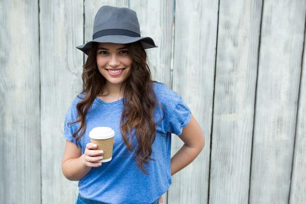 Femme, bleu, sommet, tenue, jetable, tasse à café