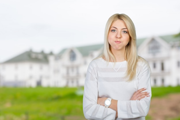 Femme blonde agissant surpris et confus
