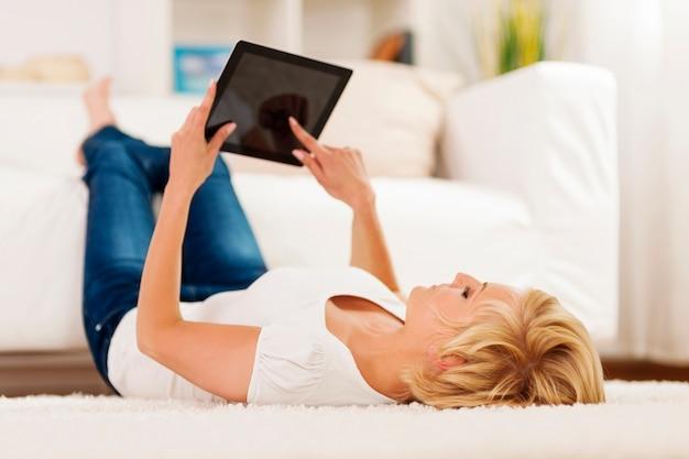 Femme blonde à l'aide de tablette numérique