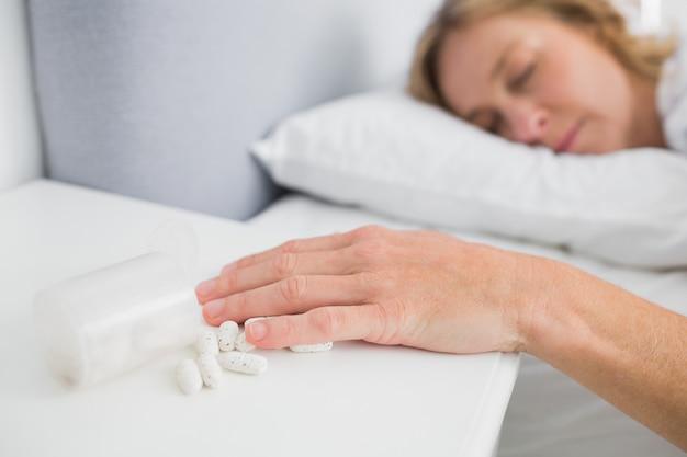 Femme blonde allongée immobile après une overdose de médicament