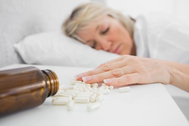 Femme blonde allongée immobile après une surdose