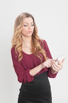 Femme blonde appelant à l'aide de téléphone