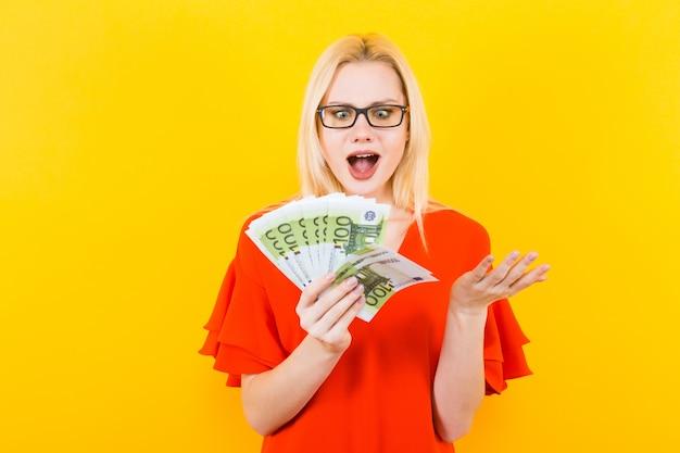 Femme blonde avec de l'argent