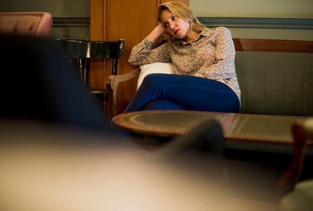 Femme blonde attend dans un café