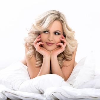 Femme blonde au lit