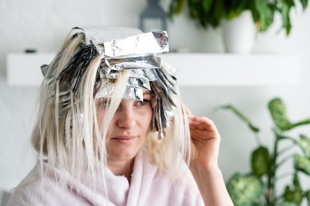 Femme blonde au salon de coiffure