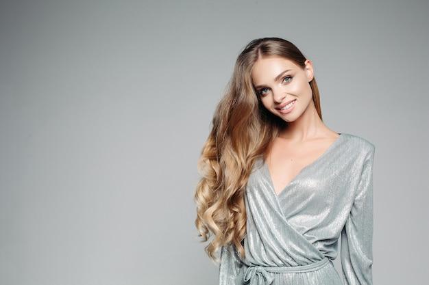 Femme blonde aux cheveux longs
