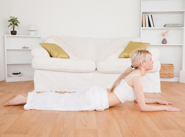 Femme blonde aux exercices de fitness