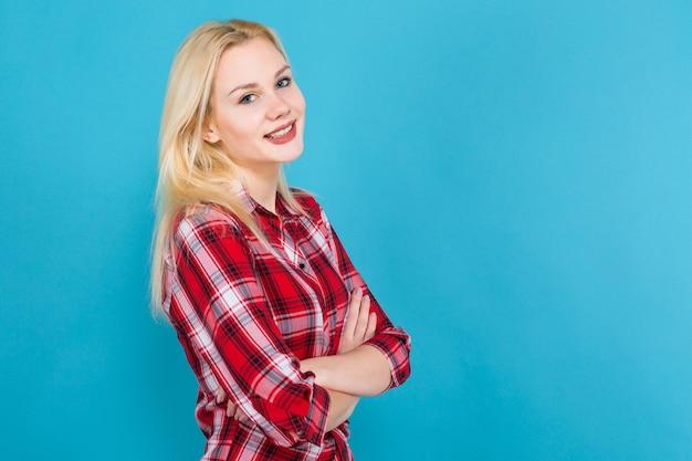 Femme blonde en chemise à carreaux rouge