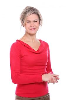 Femme blonde en chemisier rouge