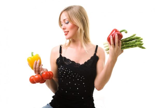 Femme blonde en choisissant des légumes