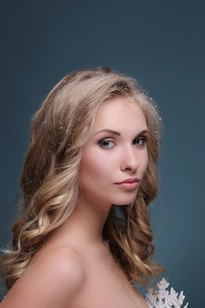 Femme blonde avec une coiffure frisée