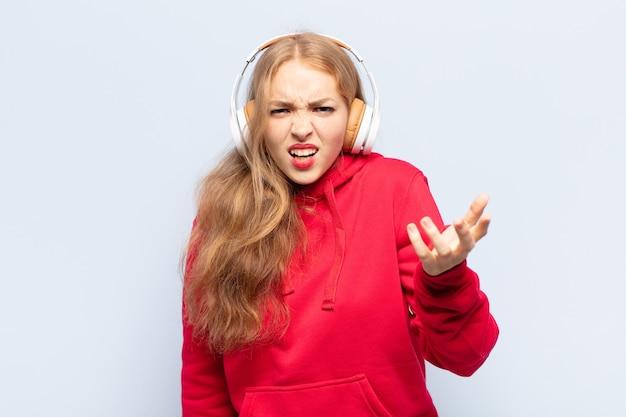 Femme blonde à la colère, agacé et frustré crier wtf ou ce qui ne va pas avec vous