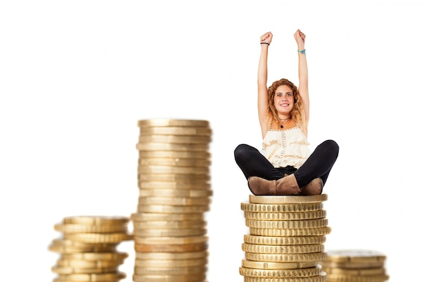 Femme blonde avec des colonnes de pièces de monnaie