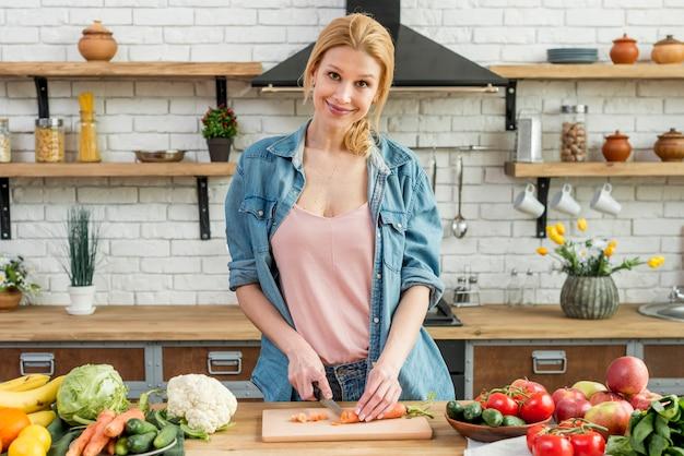 Femme blonde dans la cuisine
