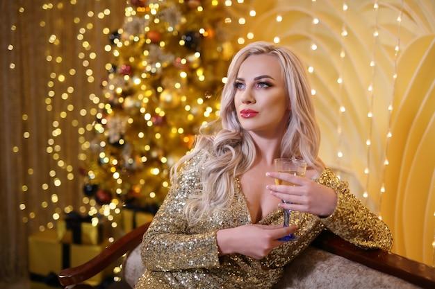 Femme blonde dans un ensemble de noël doré