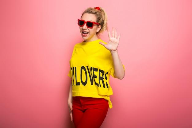 Femme blonde dans des vêtements lumineux