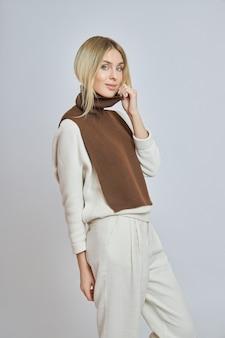 Femme blonde avec un devant de chemise autour du cou. vêtements pour le temps d'automne. beau maquillage naturel
