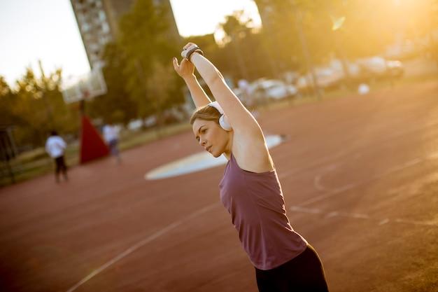 Femme blonde élancée faisant des étirements avant l'entraînement