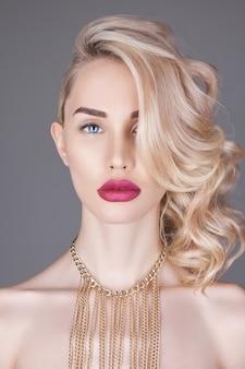 Femme blonde fashion beauty sur fond clair