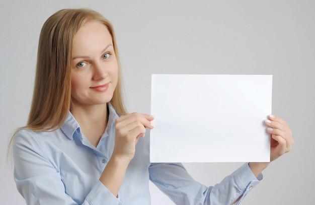 Femme blonde avec feuille de papier