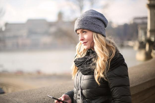 Femme blonde en hiver dans la ville