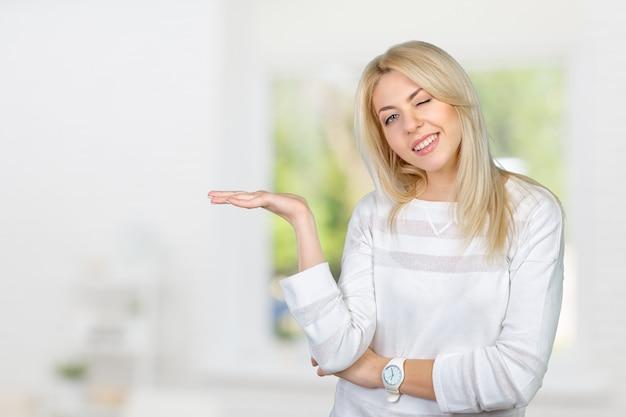 Femme blonde isolée caucasienne présentant avec ses mains